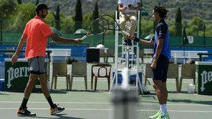 Dos tenistas franceses se saludan en la red