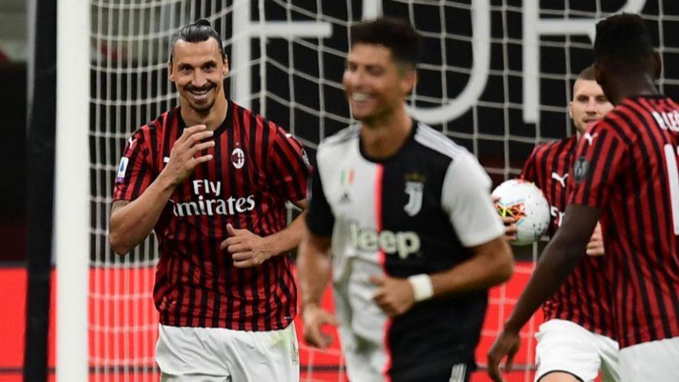 Ibra sonríe, con Cristiano en primer plano, tras marcar de penalti a...