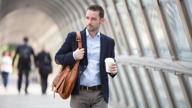 Los mejores bolsos y bandoleras de hombre para olvidarse de los bolsillos