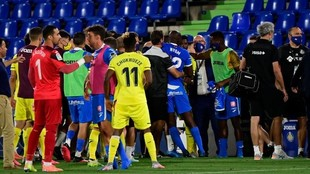 Los jugadores de Getafe y Villarreal discuten al final del encuentro.
