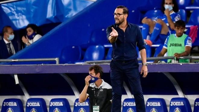 Bordalás da una indicación en el partido ante el Villarreal.