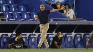 Calleja da una indicación durante el partido ante el Getafe.