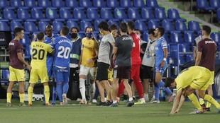 Los jugadores de Getafe y Villarreal se encaran al final del partido.