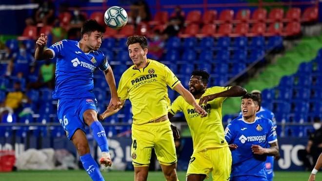 Hugo Duro cabecea el balón en el partido ante el Villarreal.