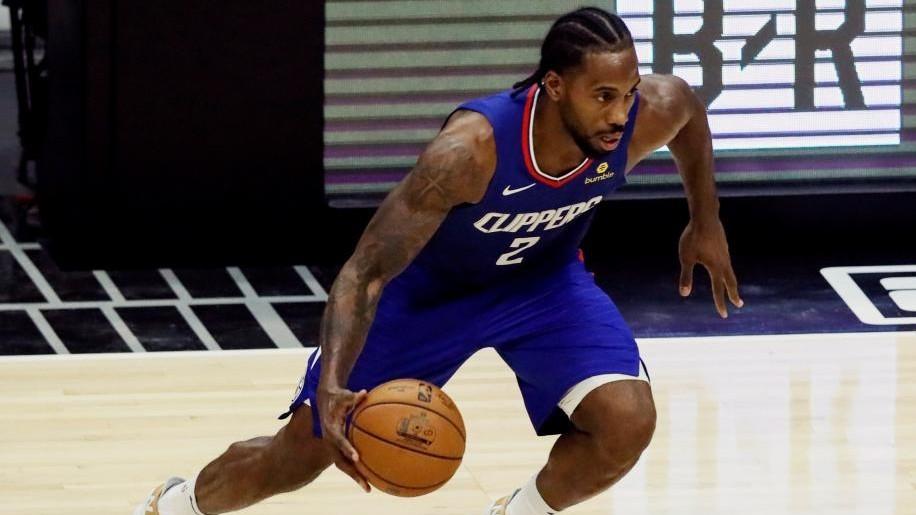 Kawhi Leonard inicia una penetración en un partido de los Clippers.