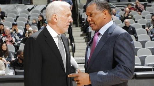 Alvin Gentry charla con Gregg Popovich.
