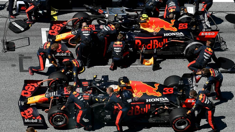 Los mecánicos de Red Bull trabajan en los coches de Verstappen y...
