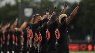 Varios de los jugadores de la MLS en el acto de protesta contra el...