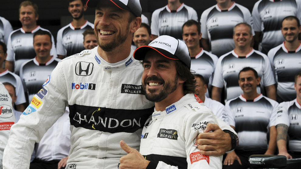 Jenson Button abraza a Fernando Alonso.