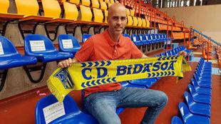 José Manuel Dierra posa con la bufanda de su nuevo club.