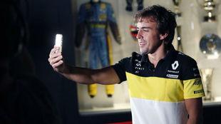 Fernando Alonso se hace un selfie con su nueva equipación de Renault...