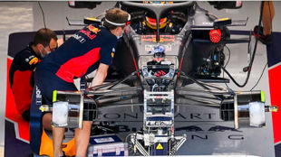 Los mecánicos de Red Bull trabajan en el coche de Alexander Albon,...