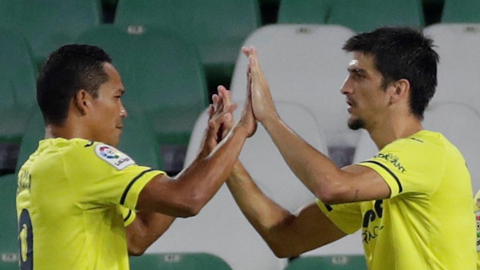Carlos Bacca y Gerard Moreno chocan las manos en el Benito...