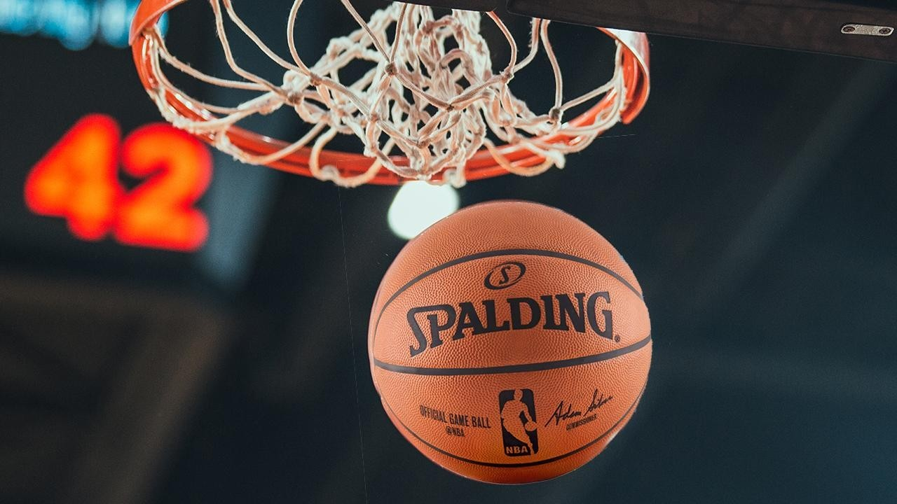 Un balón de la NBA, después de atravesar el aro.