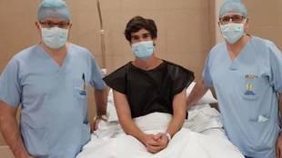 José Ángel Pozo, junto a los doctores Manuel Leyes e Iñaki Urquidi...