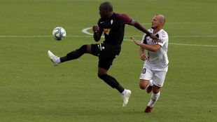 Babin y Zozulia, autor del empate, disputan un balón en el Carlos...
