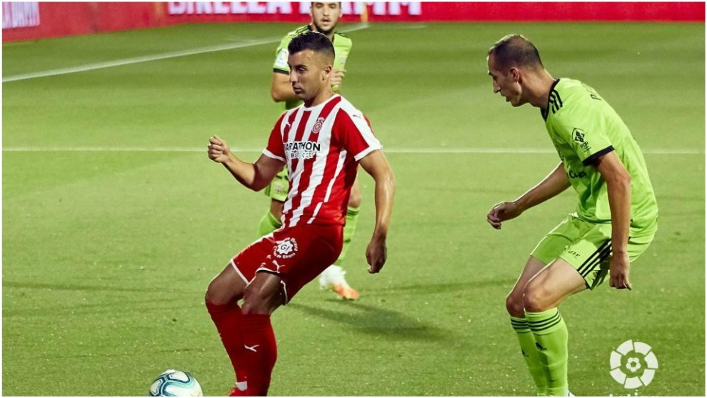 Maras intenta que Borja García no arranque la carrera con le balón...