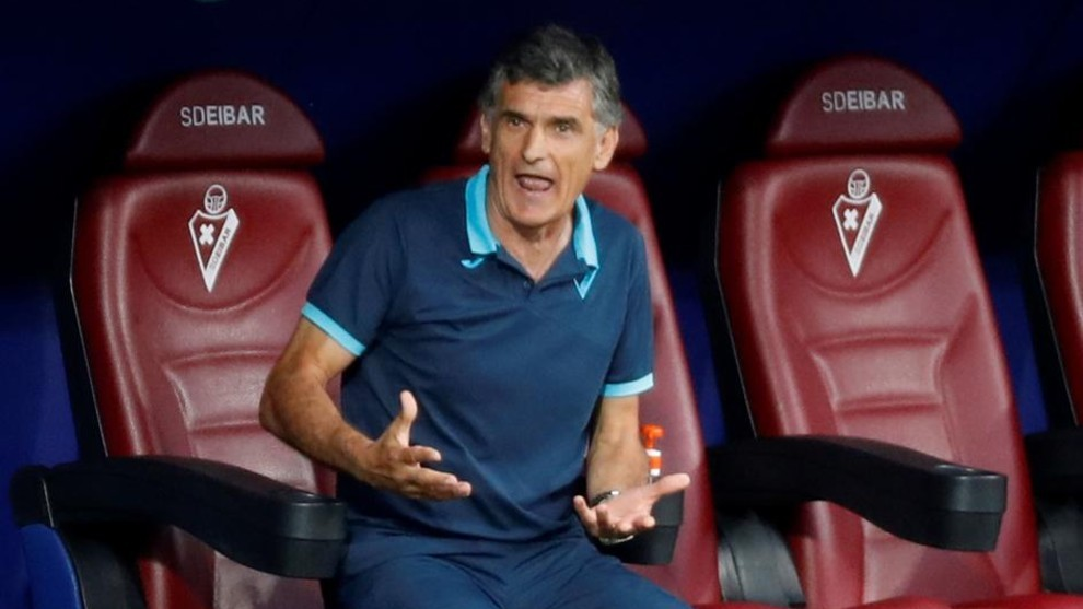 José Luis Mendilibar muestra su enfado en el banquillo de Ipurua.