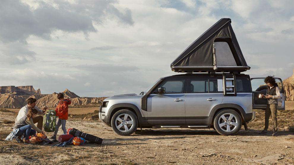El Defender 110 de cinco puertas está disponible con una tienda de techo a medida.