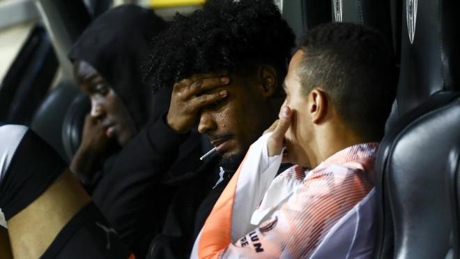 Correia en el banquillo de Mestalla junto a Rodrigo y Diakhaby.