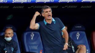 El entrenador del Eibar, dando órdenes en el partido de la jornada 33...