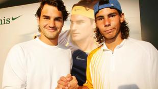 Federer y Nadal posan antes de la semifinal de Roland Garros de 2005.