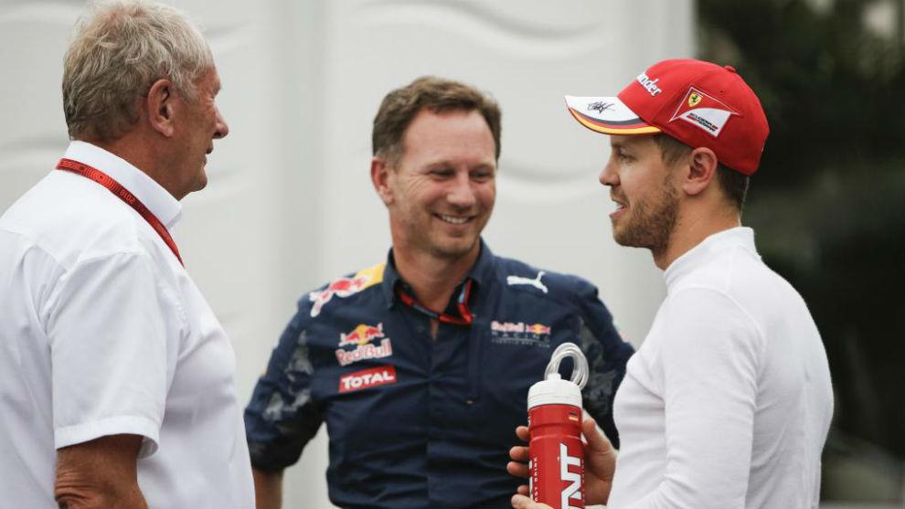 Vettel, charlando con Marko y Horner en el paddock.