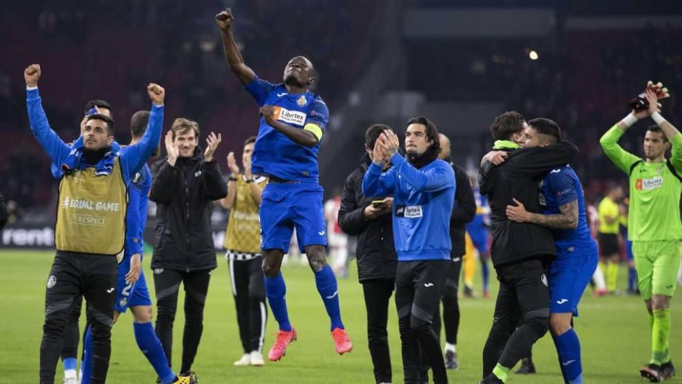 Los jugadores del Getafe festejan con su afición el pase en Amsterdam