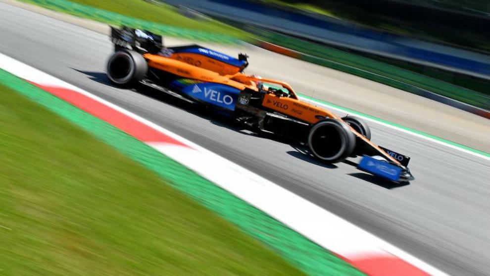 Carlos Sainz, con el McLaren MCL35, durante los Libres del Gran Premio...