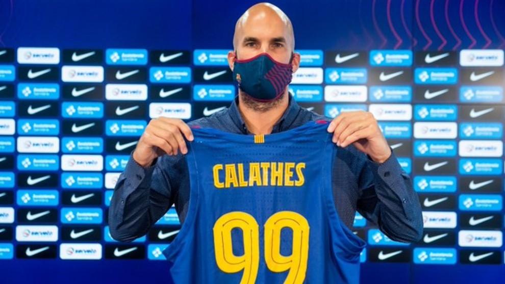 Calathes posa con la camiseta del Barcelona durante su presentación.