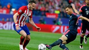 Saúl dribla a Xabi Alonso en la eliminatoria frente al Bayern.