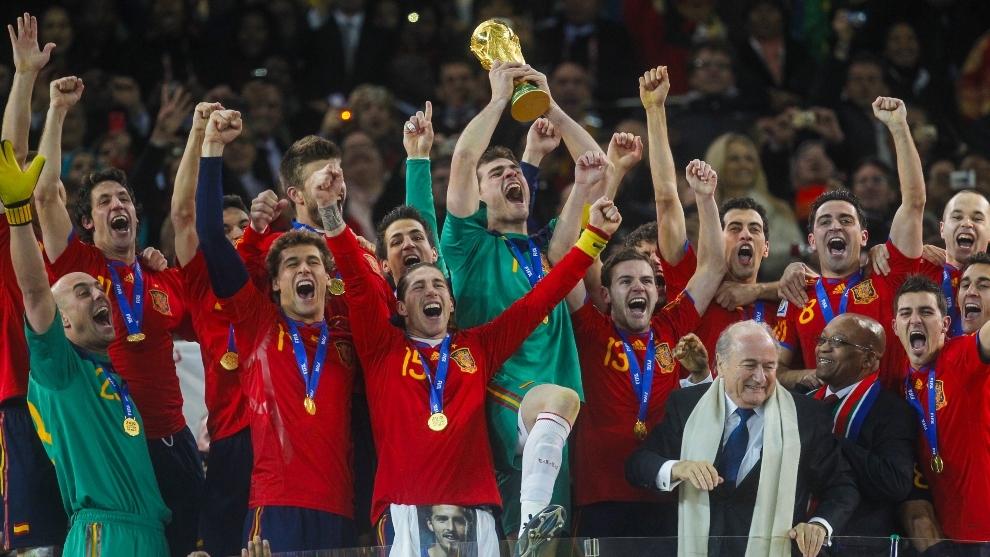 Casillas levanta la copa del mundo en el Soccer City.
