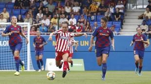 Amanda Sampedro es perseguida por varias jugadoras del Barcelona esta...