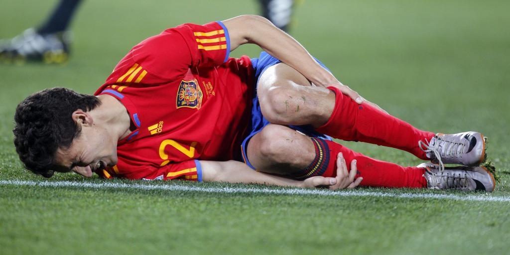 Jesús Navas se duele en el suelo.