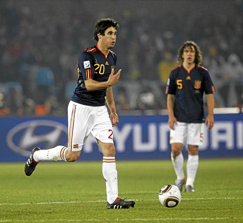 Javi Martínez conduce el balón.