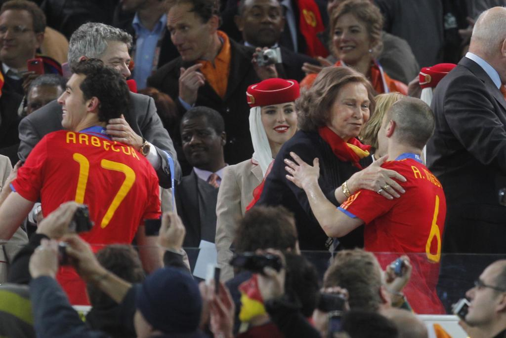 Arbeloa saludando a las autoridades en la ceremonia de trofeos del Mundial