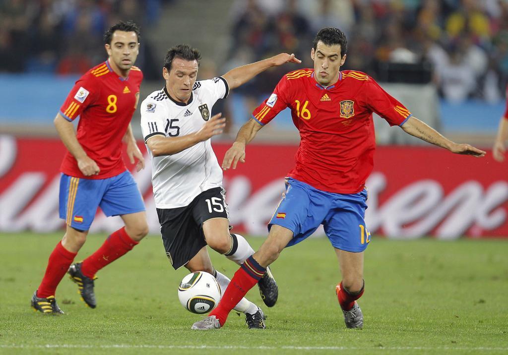 Busquets disputando un balón en el partido frente a Alemania.