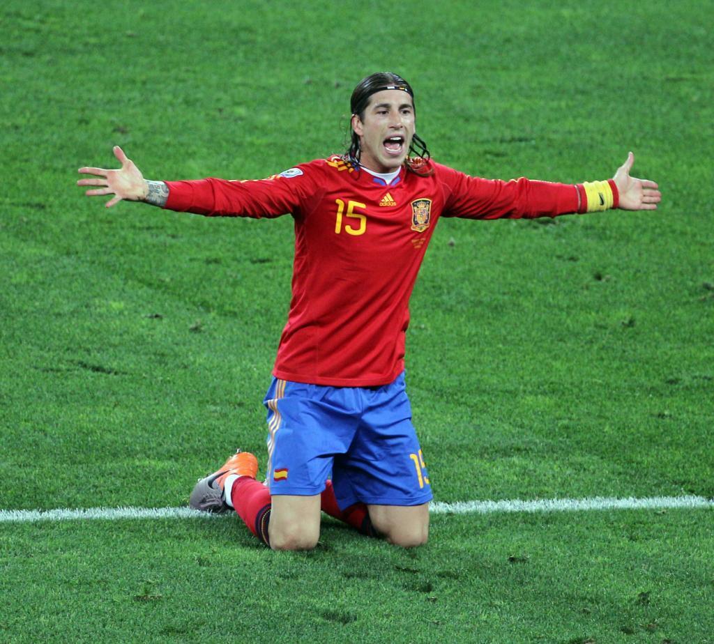 Sergio Ramos de rodillas en el suelo.