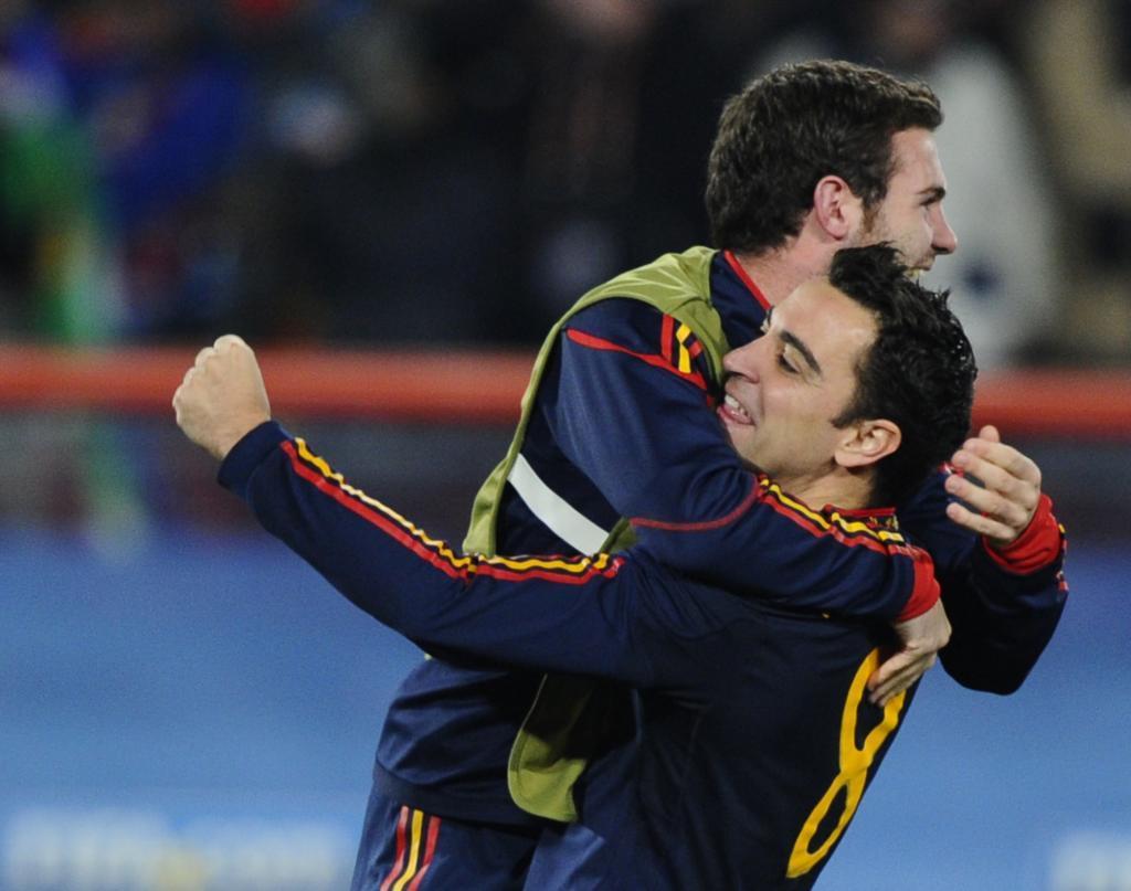 Juan Mata celebrando junto a Xavi Hernández.