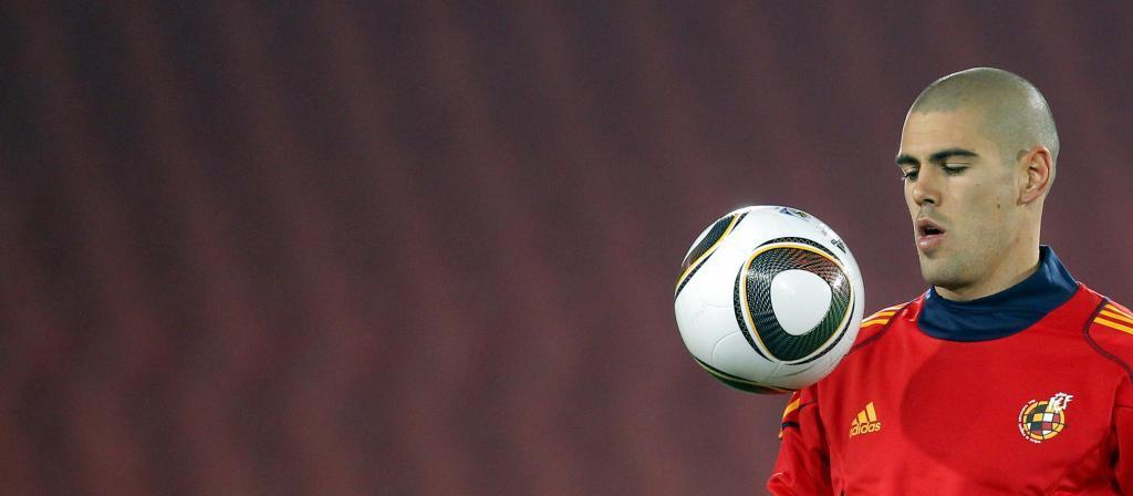 Víctor Valdés jugando con un balón.