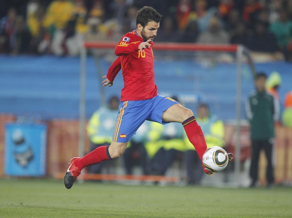 Cesc Fábregas controlando un balón en el aire.