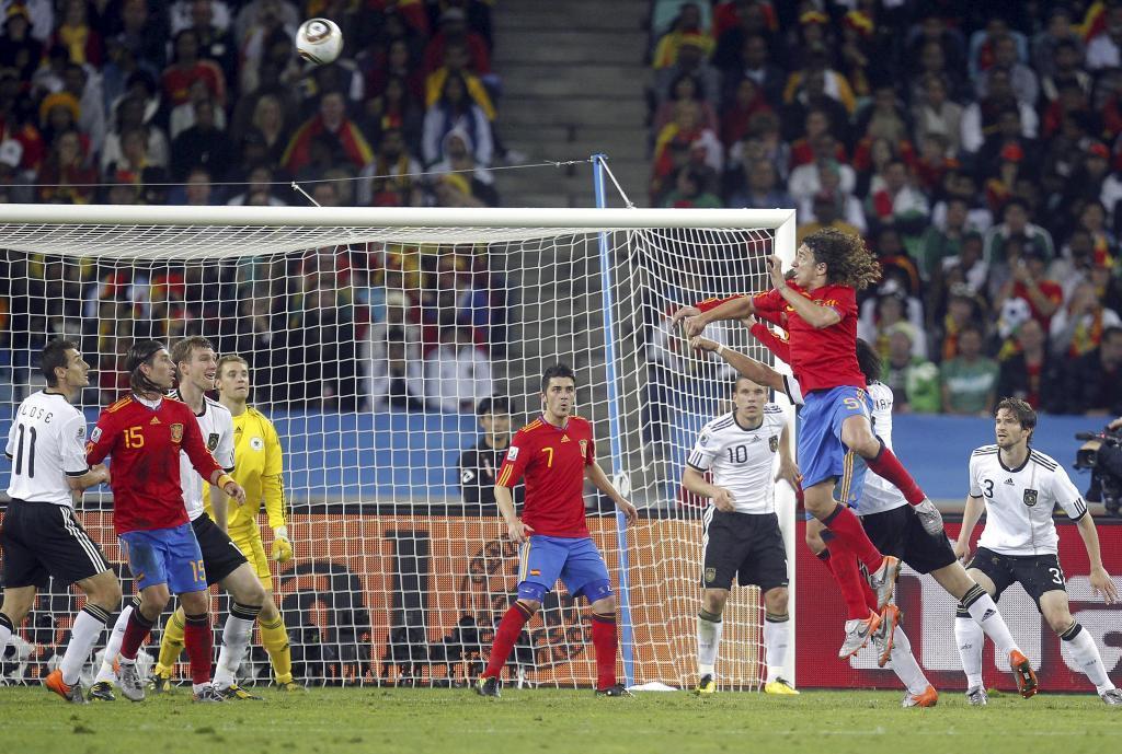 Carles Puyol a punto de rematar de cabeza un córner.