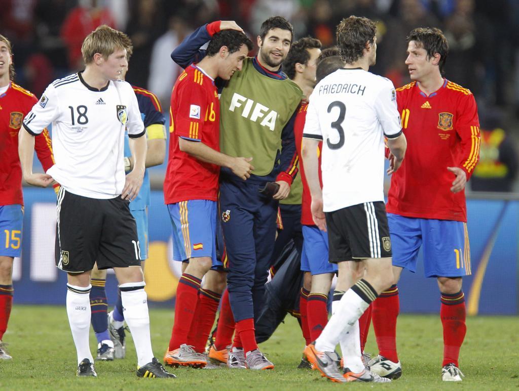Raúl Albiol felicitando a sus compañeros.