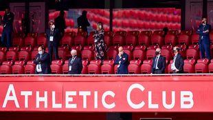 Elizegi, en el centro del palco durante el Athletic-Real Madrid del...