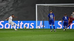 Karim Benzema transforma por el lado izquierdo el penalti cometido por...