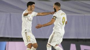 Asensio y Benzema celebran el segundo gol.