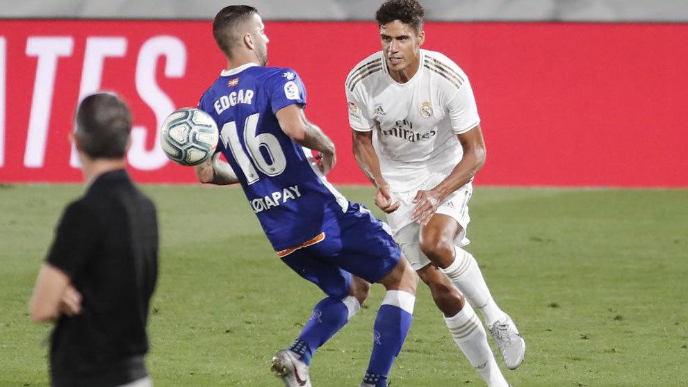 Varane, con Edgar durante el partido ante el Alavés