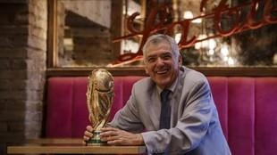 Ángel María Villar posa para MARCA con la copa del mundo ganada en...
