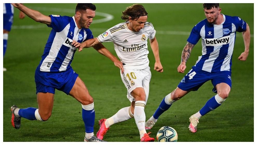 Luka Modric, entre Lucas Pérez y  Oliver Burke