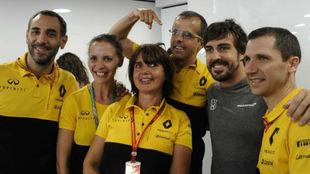 Alonso, con Abiteboul, Taffin y otros miembros de Renault, en su...